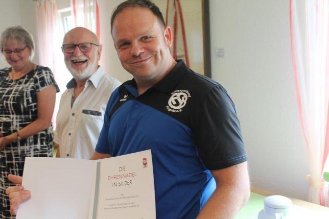 Vorschaubild zur Meldung: Manfred Gerhardt erhält die silberne Ehrennadel vom LSB